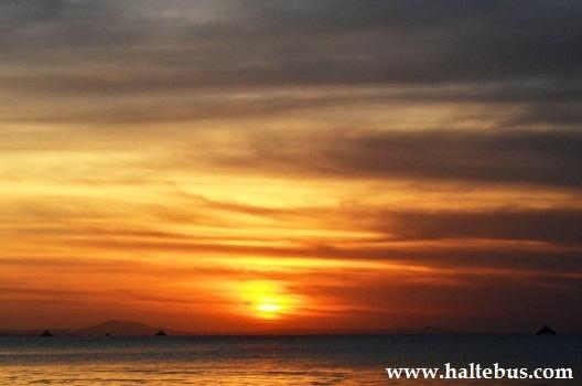 Asyiknya Menyusuri Pantai Selat Sunda